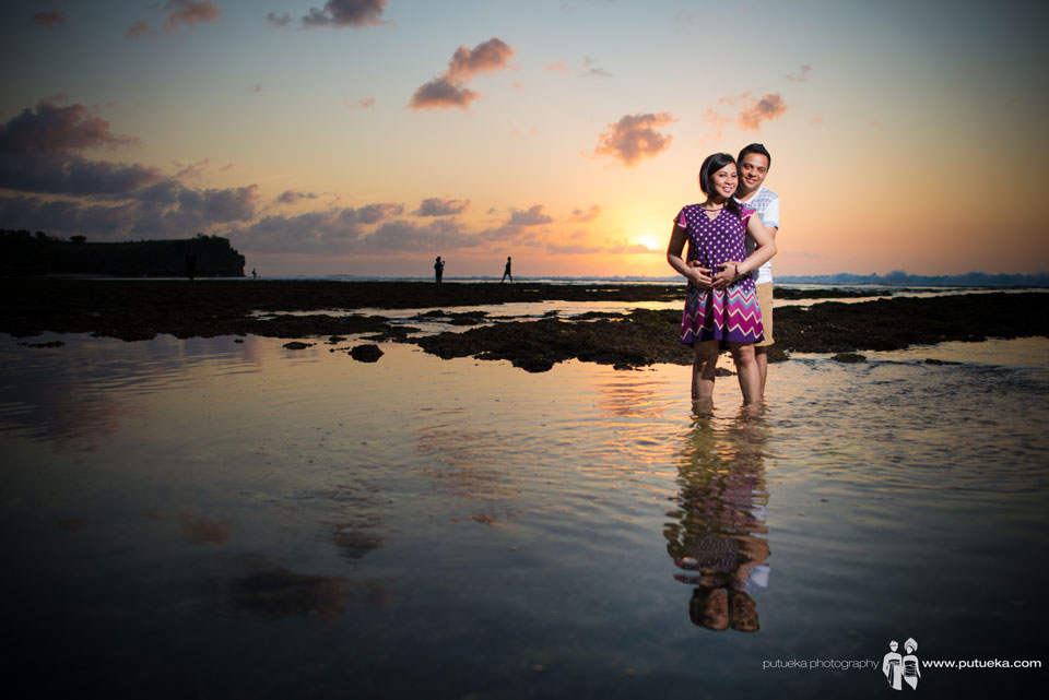 Hungging my love in sunset pre wedding session