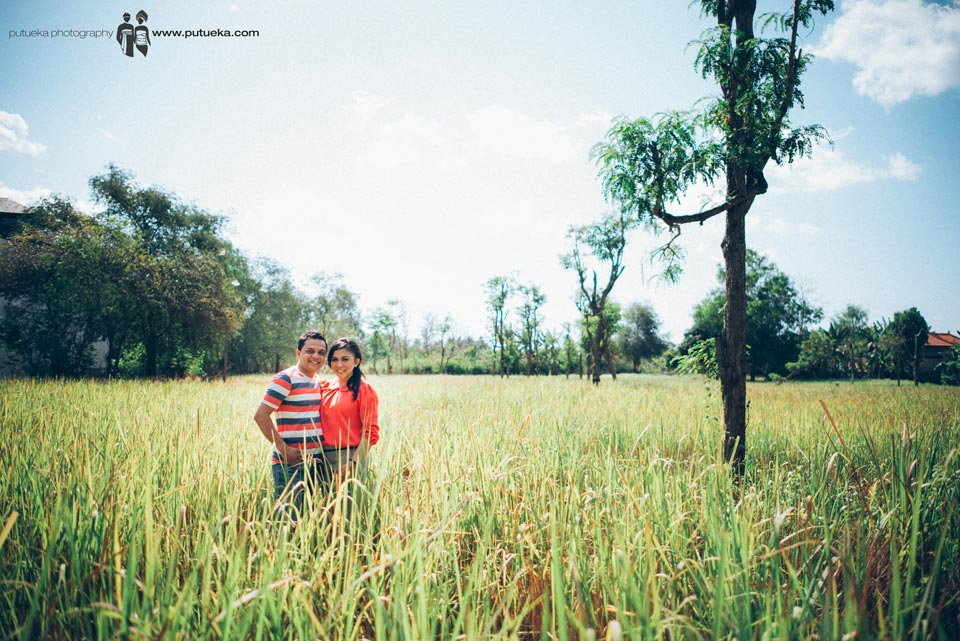 Pre wedding photo session in the middle of grassland