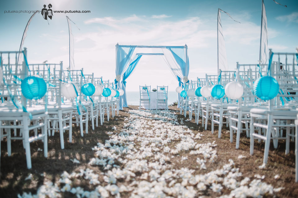 Wedding venue of Camille and Perrick with blue and white colour theme