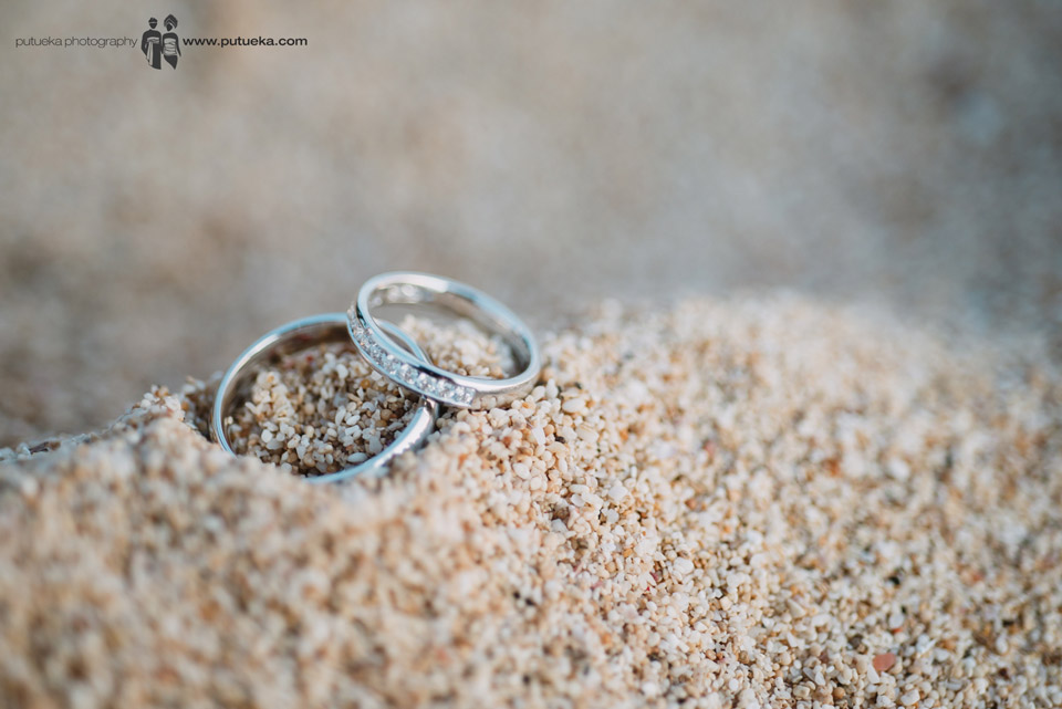 Wedding ring of Camille and Perrick on the sand