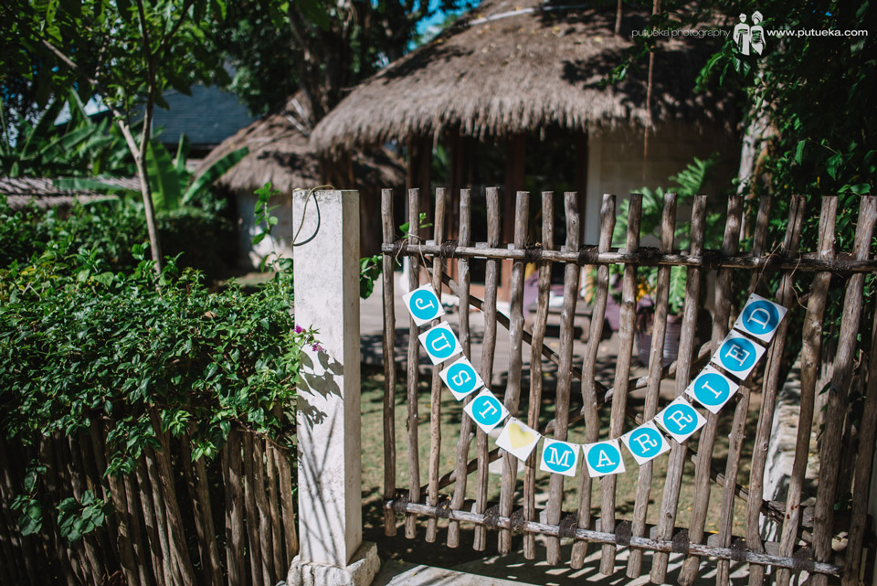 Just married sign hanging on their villa's gate
