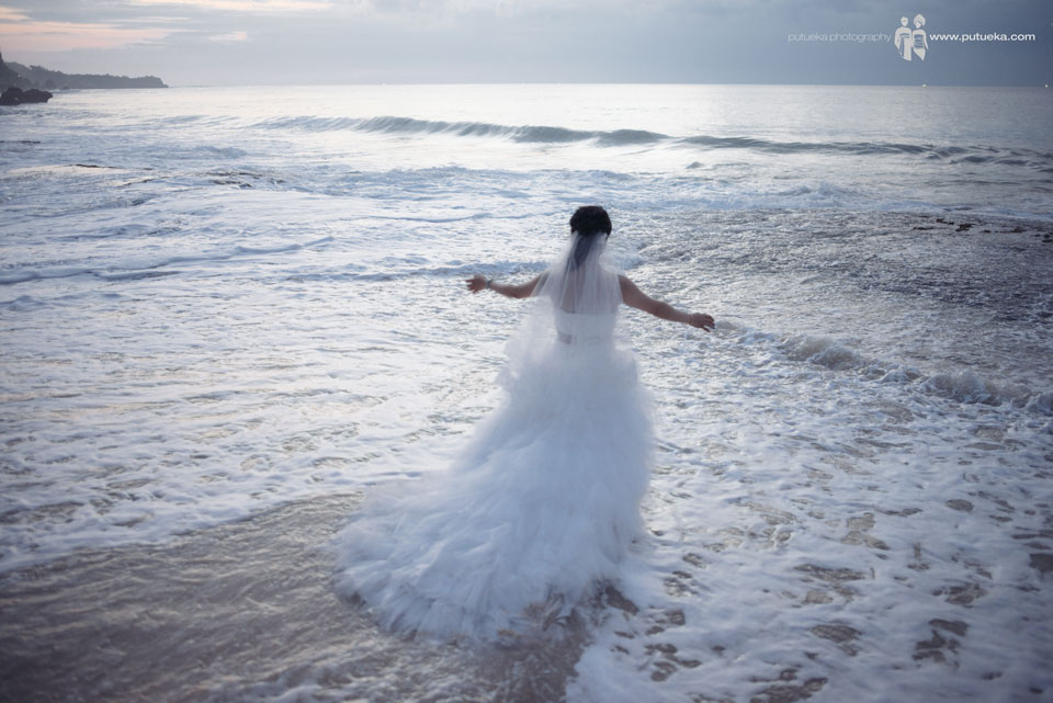 Feel the splash of the Bali wave on my feet