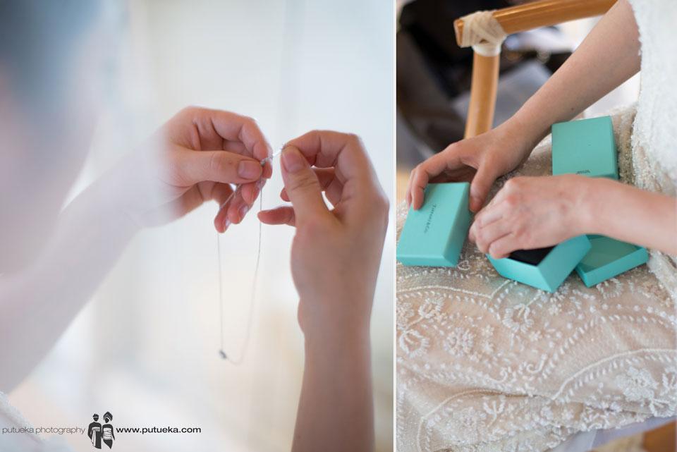 Jessie take neklace from its box