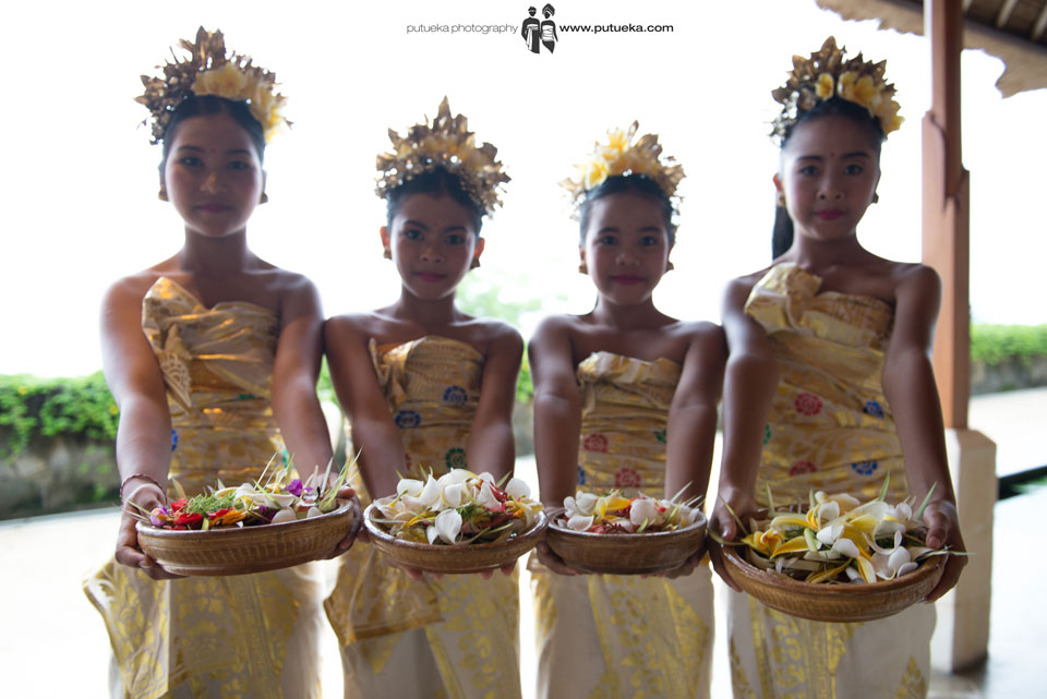 Flower girls with their flower ready to spread