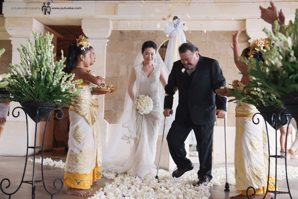 Jessie's father walk down her to the aisle