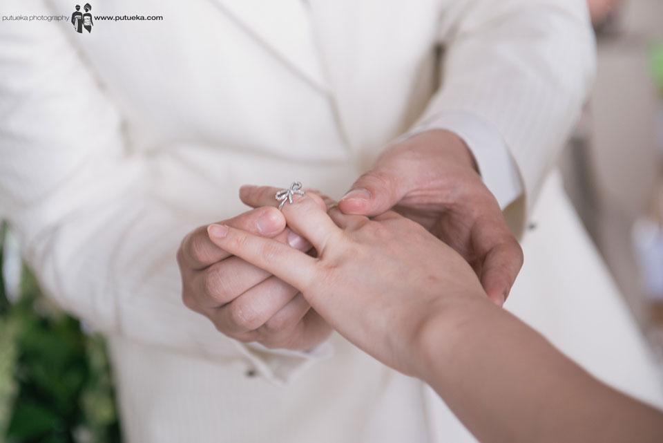 Boris put the wedding ring on Jessie's finger