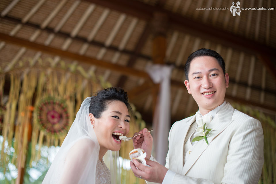 Silly face during eat their wedding cake