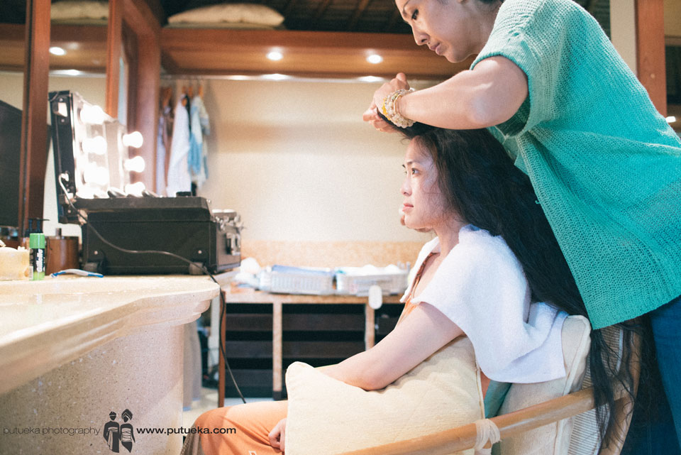 Jessie during her hairdo for the Bali wedding