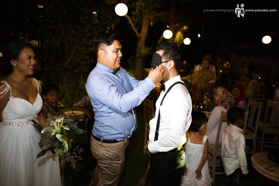 Master of ceremony help hakim wearing blindfold