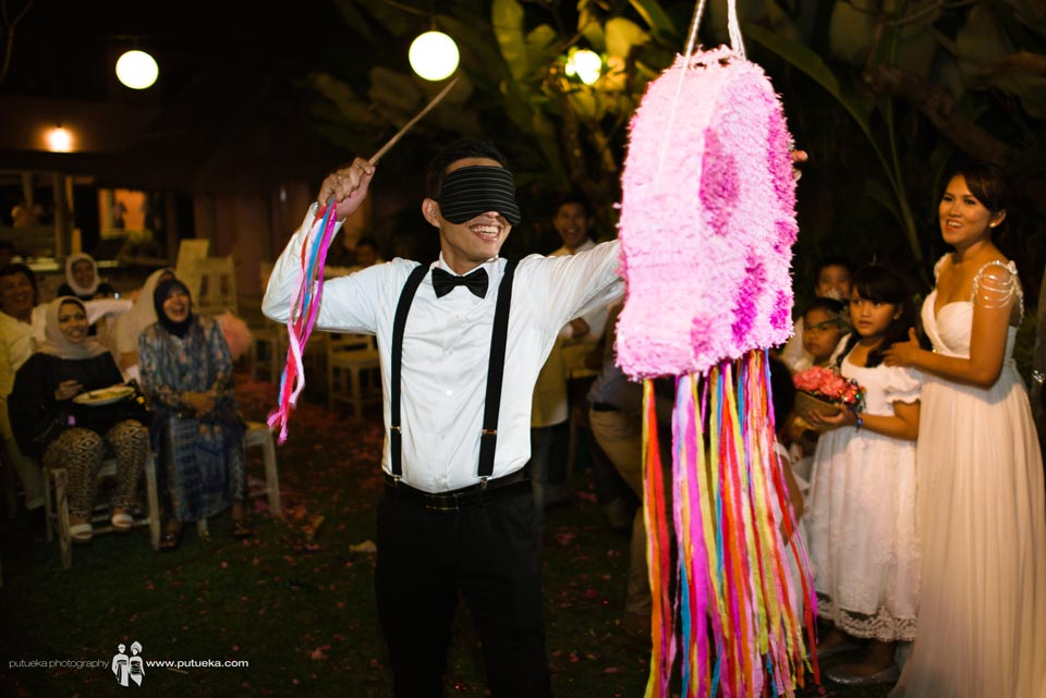 Hakim find the piñata and ready to hit piñata