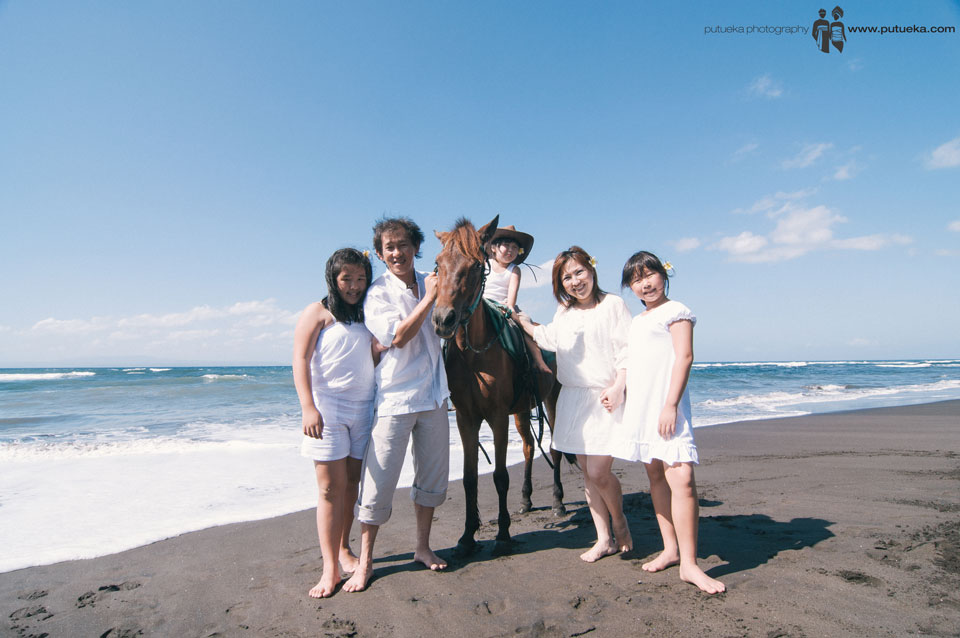 Whole family member on bali horse ride session