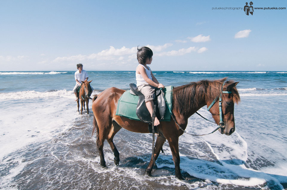 Little brother try to riding horse in the first time