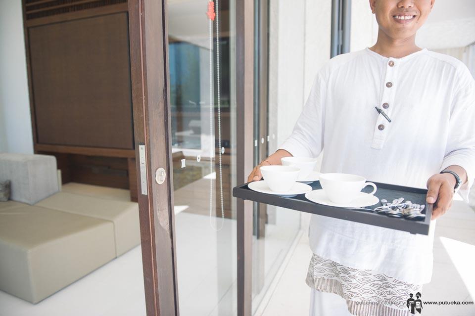 Alila Uluwatu butler help the wedding preparation
