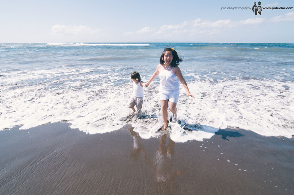 Bali family photography session full of Happiness when chasing by the wave