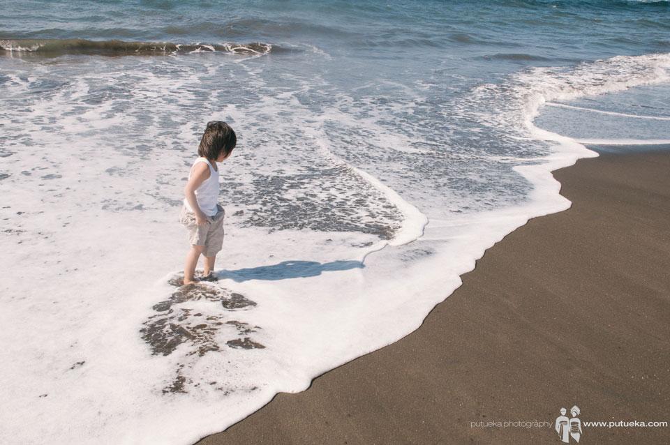 Splash of the wave flow between his foot