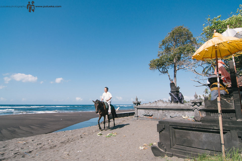 Riding horse on the bali beach for Bali Family Photography session