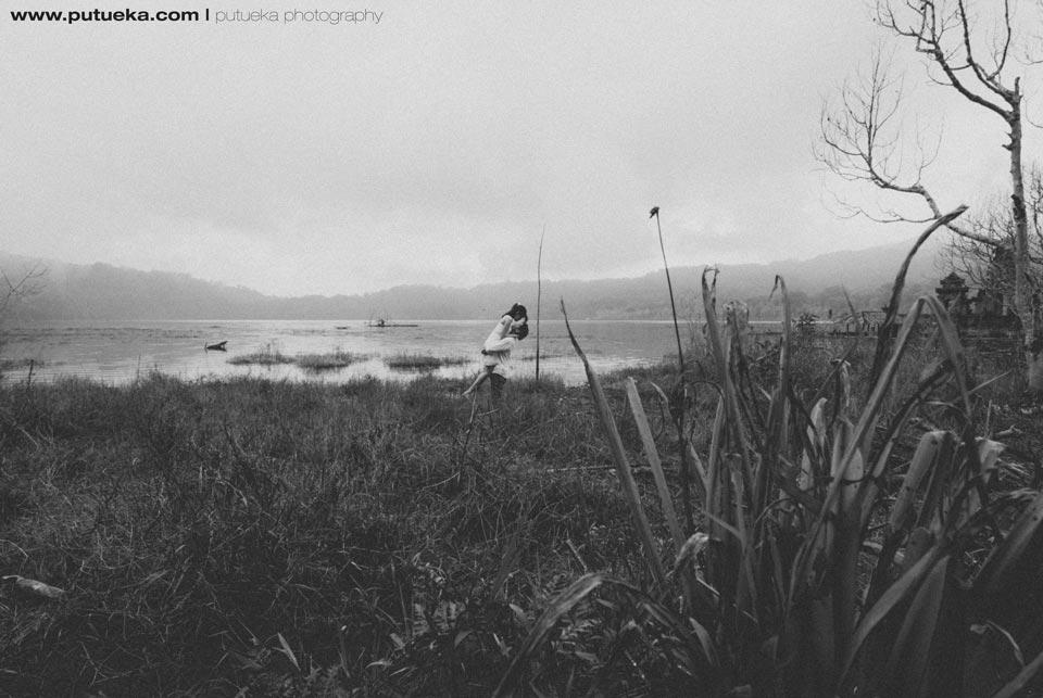 Tamblingan lake engagement session Bali