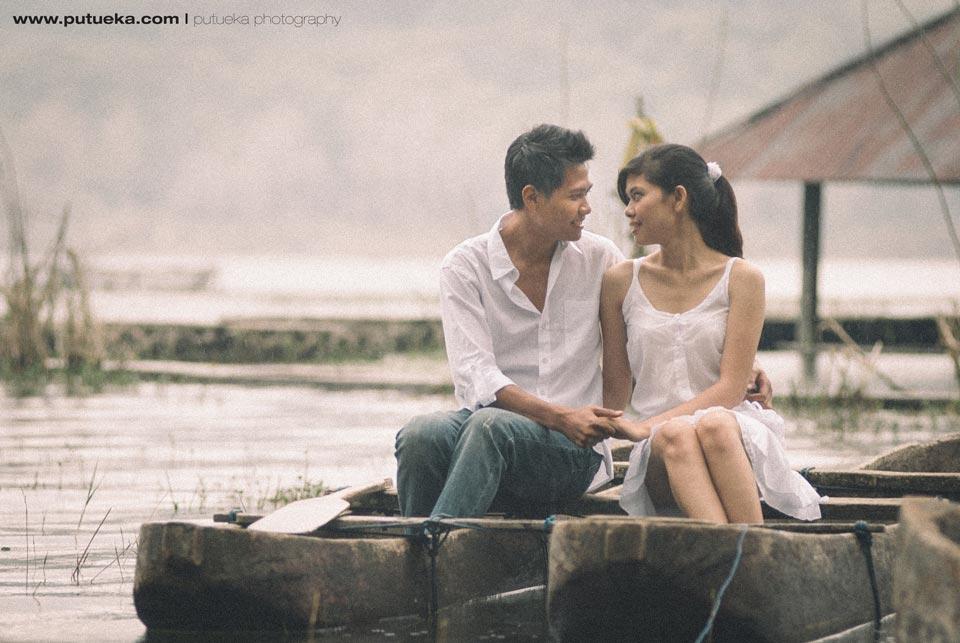 Traditional boat pre wedding photography at Tamblingan lake
