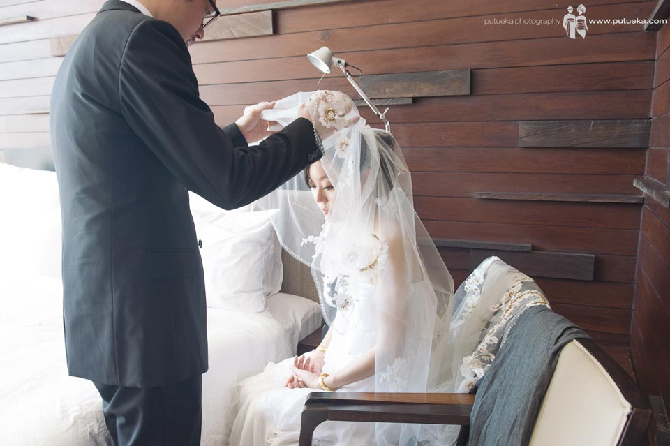 Groom open the veil for the first time