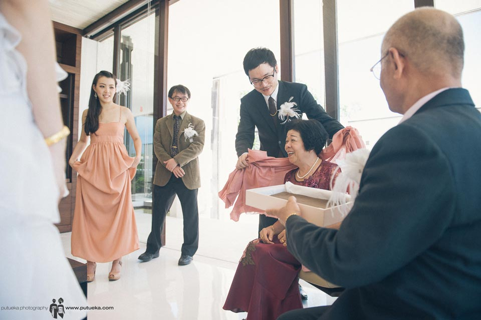 Groom help mother in law to wear the gift