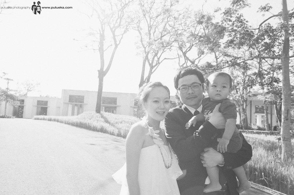 Newlywed couple with their nephew outside Alila Uluwatu