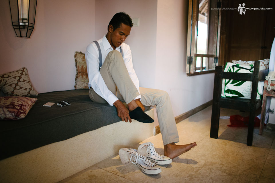 Best man wearing his shoes