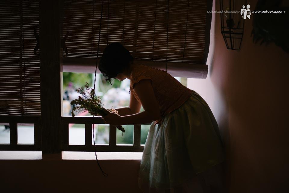Bridesmaid peeking wedding venue from Hacienda villa no 5 second floor