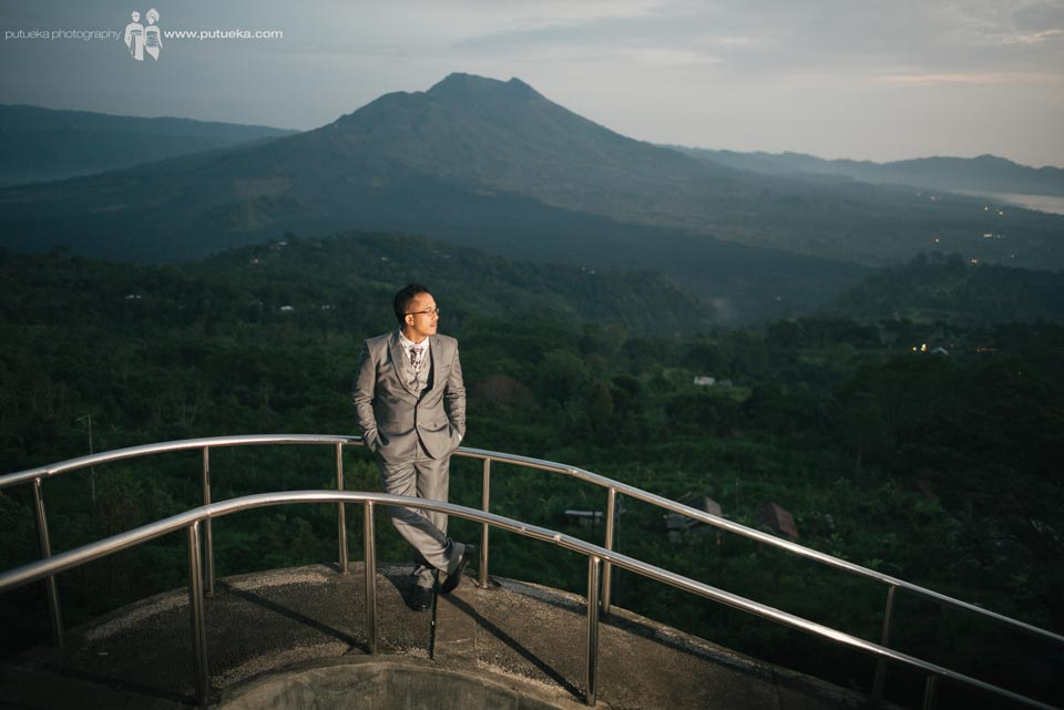 Tomy take a portrait with Batur mountain as a background