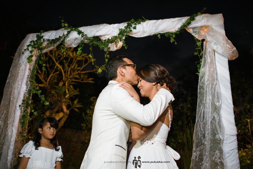 Groom kiss brides oh her forehead